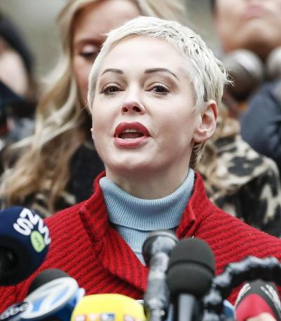 La actriz Rose McGowan, activista de la misma entidad contra el acoso, cargó también contra el antiguo todopoderoso magnate de la gran pantalla y subrayó que había decidido ir hasta los tribunales para mostrar su solidaridad con otras víctimas.