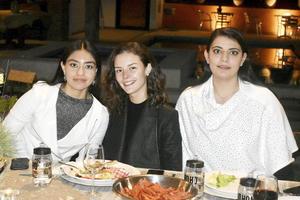 Angela, Luisa y Scarlett