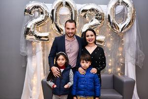 08012020 RECIBEN EL AñO EN FAMILIA.  Carlos, Sugey, Romina y Diego Aspe.