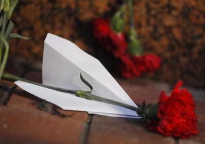 Con flores y mensajes, les dieron el último adiós.