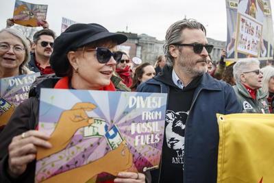 En esta manifestación frente al Capitolio, el recientemente galardonado con un Globo de Oro por su papel en 'Joker' invitó a los presentes a dejar de comer carne como parte de su lucha contra esta crisis: 'Os insto a uniros a mi, a ti también, Jane', dijo el actor.