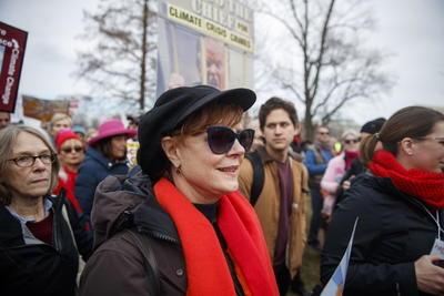 El movimiento por el clima y el activismo por la paz deben moverse como uno solo, opinó la actriz protagonista de la serie de televisión Grace and Frankie.