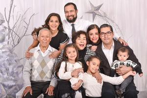 11012020 EN FAMILIA.  Pablo Hernández y Martha Olivia González en compañía de sus hijos, Pablo, Humberto y Mary Carmen; así como de sus nietos, María Fernanda, María José y Humbertito.
