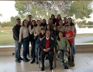 12012020 FELIZ CUMPLEAñOS.  Fernando Rangel de León celebró sus cumpleaños acompañado de su esposa Elena, sus hijas, yernos, hijos, nueras y nietos.