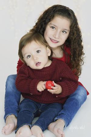 12012020 Los pequeños hermanos Ana Paula y Gabo Tostado de Anda en una sesión de  estudio.