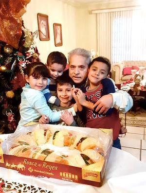 12012020 VIVEN LA TRADICIóN.  Felipe García disfrutando de la Rosca de Reyes con sus pequeños nietos, Luis Felipe, Mary Sofi, Emiliano e Iker.
