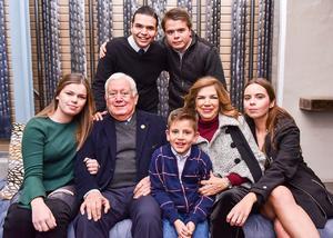 13012020 BODAS DE ORO.  Jesús Gerardo Sotomayor Garza y Pilar Hernández de Garza acompañados de sus nietos, Jorge, Jesús, Pau, Gaby y José Gerardo.