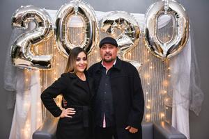 13012020 RECIBEN EL AñO.  Adriana y Javier.