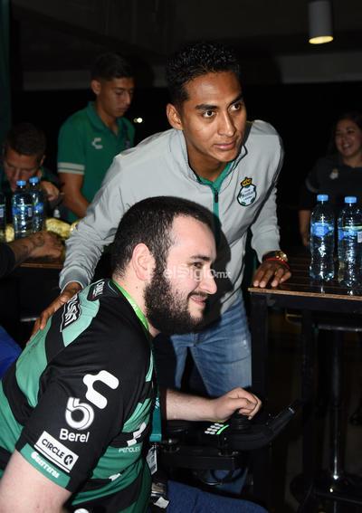 FITO Y AUTÓGRAFOS ABONADOS SANTOS LAG.    Abonados se toman la foto con el Santos Laguna y reciben firmas en sus playeras
