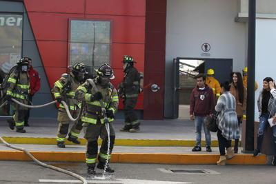 Por una de las puertas de emergencia fue sacado un varón que resultó herido y que quedó en manos de los paramédicos de la Cruz Roja.