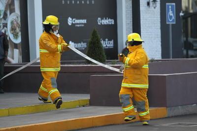 Otros trabajadores se colocaron el equipo necesario para iniciar el combate a las llamas.