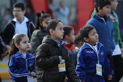 En el interior de las diferentes salas, 300 niños de diferentes escuelas de nivel básico, principalmente primaria y secundaria, se encontraban acomodados en sus respectivos lugares.