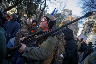 Junto al también gobernador demócrata Raph Northam, los legisladores progresistas han prometido sacar adelante leyes estatales para un mayor control de las armas de fuego, lo que ha suscitado la convocatoria de este lunes.