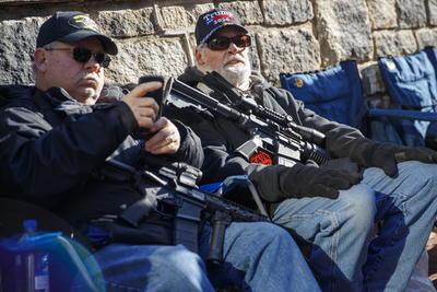 La semana pasada, Northam declaró el estado de emergencia para prohibir temporalmente que la gente llevara armas dentro del recinto del Capitolio, en respuesta a la planeada manifestación, convocada por la Liga de Defensa de Ciudadanos de Virginia.