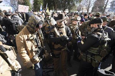 Durante la concentración, varios políticos, expertos conservadores y defensores de las armas pronunciaron discursos en contra de las leyes antiarmamento y los demócratas.