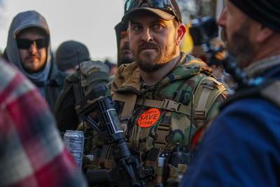 '¡El derecho de la gente a mantener y portar armas no será violado!', gritó Heller, quien también coreó el texto de la Segunda Enmienda junto a la multitud.