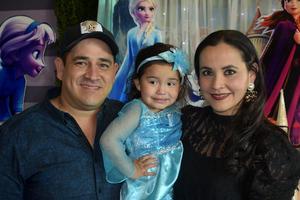 20012020 AL ESTILO FROZEN.  Valeria cumplió un año más de vida; la estuvieron acompañando sus papás, Jorge y Tania.