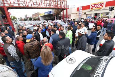 Los taxistas se apostaron al exterior de la Subdirección de Transportes y luego se trasladaron hasta la presidencia municipal.