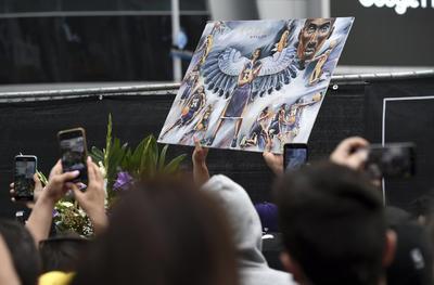 Fanáticos de Kobe Bryant se reúnen a las afueras del Staples Center