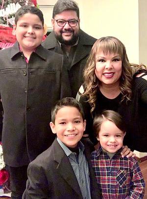 26012020 EN FAMILIA.  Basilio y Maya, con sus hijos Basilio, Rodrigo y Alfredo.