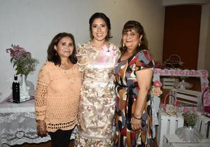 28012020 A UN PASO DEL ALTAR.  Gabriela Ríos Rodríguez, en compañía de las anfitrionas de la despedida de soltera, Mayela Rodríguez y Silvia Rivas.