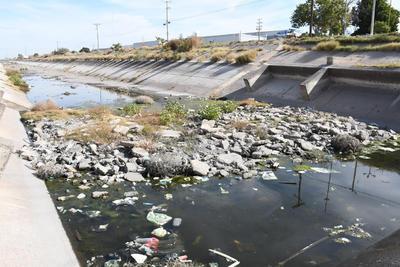 Montones de basura. Escombro, basura y agua estancada se encuentra en prácticamente todo el canal Sacramento y los vecinos llaman a las autoridades a que hagan algo.