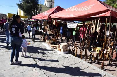 Artesanías. Las artesanías de este poblado se basan en productos talladoes en madera, y los creados con ixtle, además de prensas realizadas del piel.