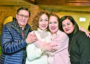 02022020 UN AñO MáS DE VIDA.  Lupita Morales, acompañada de su esposo Ing. Nazario López, y sus hijas Liz y Lulú.