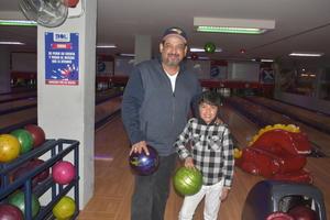 02022020 EN EL BOLICHE.  Ernesto y Neto disfrutando de una tarde familiar.