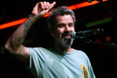 1. Pau Donés El cantante de Jarabe de Palo fue diagnosticado con cáncer de colón en 2015, lo que lo llevó a operarse de emergencia. Aunque tuvo una etapa de salud estable, en 2017 la enfermedad volvió a atacar, por lo que ha pasado largas temporadas bajo quimioterapia.