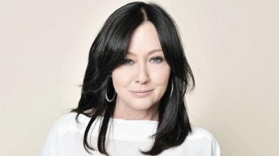 2. Shannen Doherty Después de ser diagnosticada de cáncer de seno, la actriz de Beverly Hills 90210 se sometió a tres años de quimioterapia y radiación. Aunque había anunciado que estaba en remisión, este martes la actriz confesó que tiene cáncer en etapa 4.