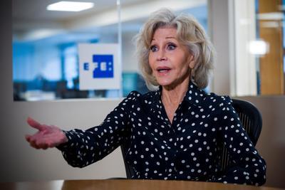 7. Jane Fonda Cuando promovía la cuarta temporada de Grace and Frankie, la actriz llevaba algunos vendajes en su cara. Después dio a conocer que le habían retirado un tumor canceroso del labio. En 2010 la actriz ya había tenido una experiencia similar cuando le removieron tejido canceroso del pecho.