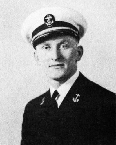 1942. Fue llamado al servicio militar, y se incorporó a la Armada de los Estados Unidos.
