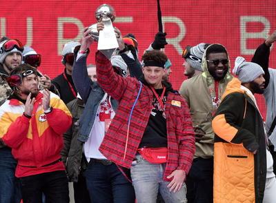 Los fanáticos se arremolinaron a lo largo de un tramo de 3,2 kilómetros para seguir el desfile y agradecerles a sus héroes del futbol americano por llevar al trofeo Vince Lombardi de regreso a Kansas City, lo que cortó una sequía de títulos que inició después de que los Jefes ganaron el Super Bowl IV en 1970.