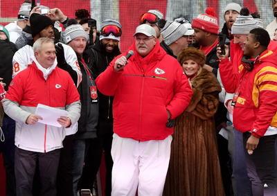 El quarterback Patrick Mahomes, Jugador Más Valioso del Super Bowl y quien se convirtió en favorito del público durante su tercera temporada en la NFL, tenía la voz ronca, pero dijo que este campeonato cumplió con dos metas que se había fijado cuando se convirtió en titular