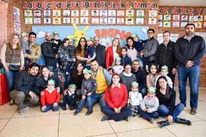 06022020 MUESTRAN LO APRENDIDO.  Alumnos del Colegio Cervantes y sus papás en una clase pública.