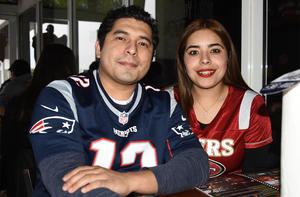 08022020 DISFRUTAN EL SUPER BOWL.  Pablo Rojas y Ana Castruita.