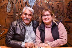 08022020 EN UNA CATA DE VINOS.  José Rivera y Alejandra Menchaca.