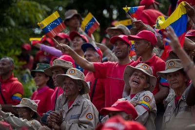 Un grupo de milicianos hace una ovación el lunes 12 de febrero durante una manifestación de Gobierno, en Caracas.