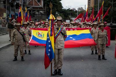 Un grupo de milicianos participa el lunes 12 de febrero en una manifestación de Gobierno.