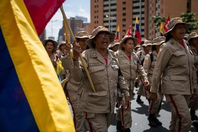 Un grupo de milicianos participa el lunes 12 de febrero en una manifestación.
