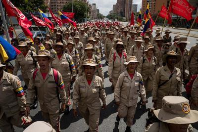 Cientos de milicianos participan el lunes 12 de febrero en una manifestación de Gobierno.