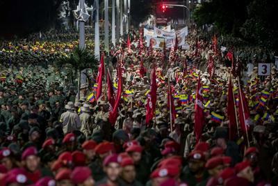 Miles de milicianos participan el martes 4 de febrero en una manifestación de Gobierno.