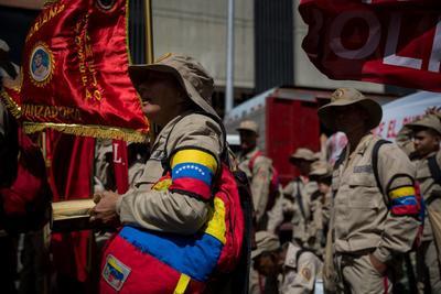 Un grupo de milicianos participa el lunes 10 de febrero en una manifestación de Gobierno, en Caracas.