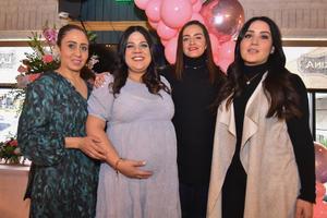 13022020 SERá MAMá.  Gabriela en compañía de algunas de las asistentes a su baby shower.