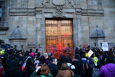 Las protestas iniciaron por la mañana en el Palacio Nacional, donde cientos de mujeres pintaron la fachada del edificio histórico mientras el presidente, Andrés Manuel López Obrador, ofrecía su rueda de prensa matutina.
