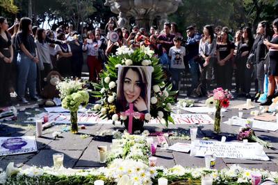 Sin embargo, las manifestantes criticaron al presidente en las pintas que realizaron en las paredes de los edificios capitalinos y en una cruz rosa que colocaron en la calle frente a Bellas Artes.