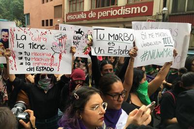 Grupos feministas y encapuchadas se manifestaron afuera del periódico La Prensa en protesta por la publicación de las imágenes del feminicidio de Ingrid Escamilla; y causaron destrozos
