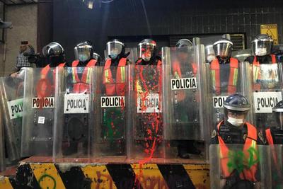 Grupos feministas y encapuchadas se manifestaron afuera del periódico La Prensa en protesta por la publicación de las imágenes del feminicidio de Ingrid Escamilla; y causaron destrozos.