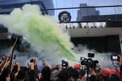 Las mujeres policías que resguardaban la marcha lanzaron gas verde y gas pimienta contra las manifestantes, además que se registraron empujones.